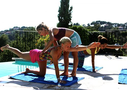 Jey's bringing precise advices to perfect practice of pilates with practioners